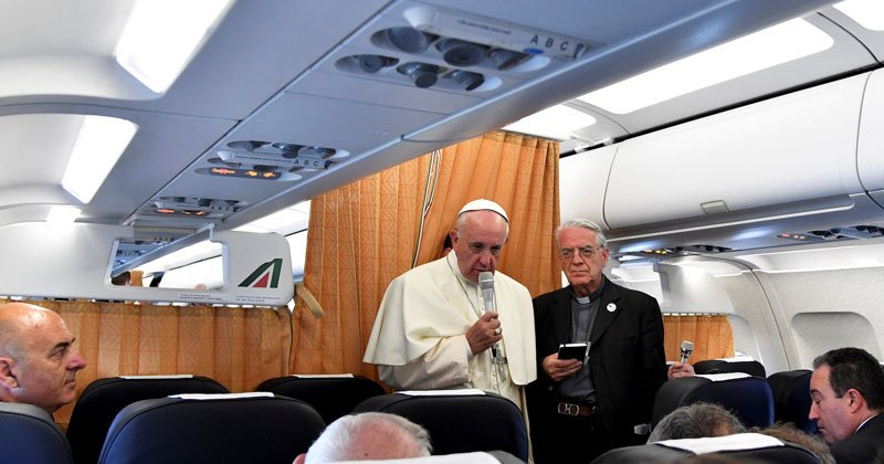 Как проходит полет Папы Римского