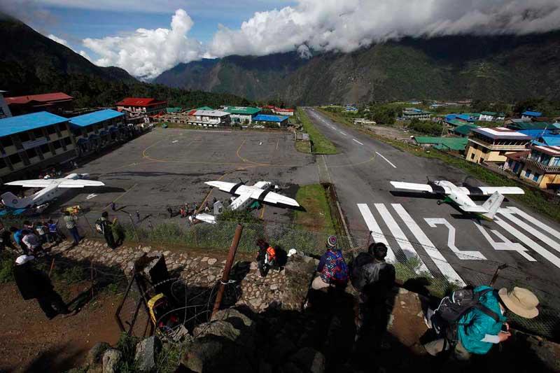 Аэропорт назван в честь первых покорителей Эвереста — «Тенцинг и Хиллари»