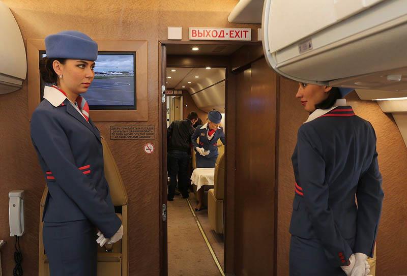 Стюардессы, работающие в разных компаниях-авиаперевозчиках