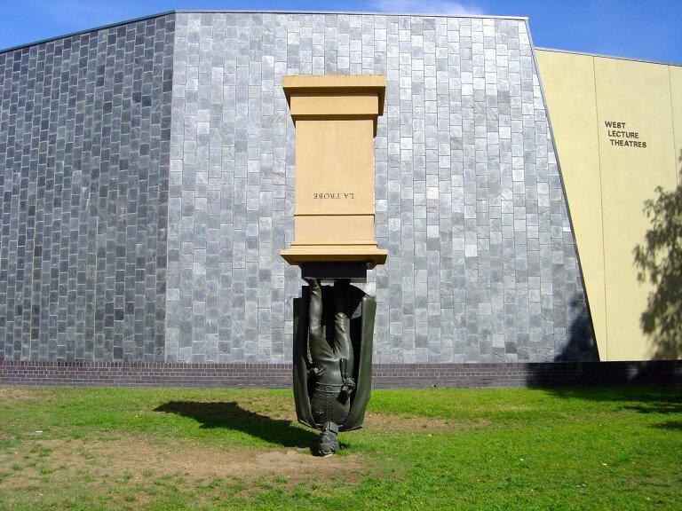 памятник вверх ногами