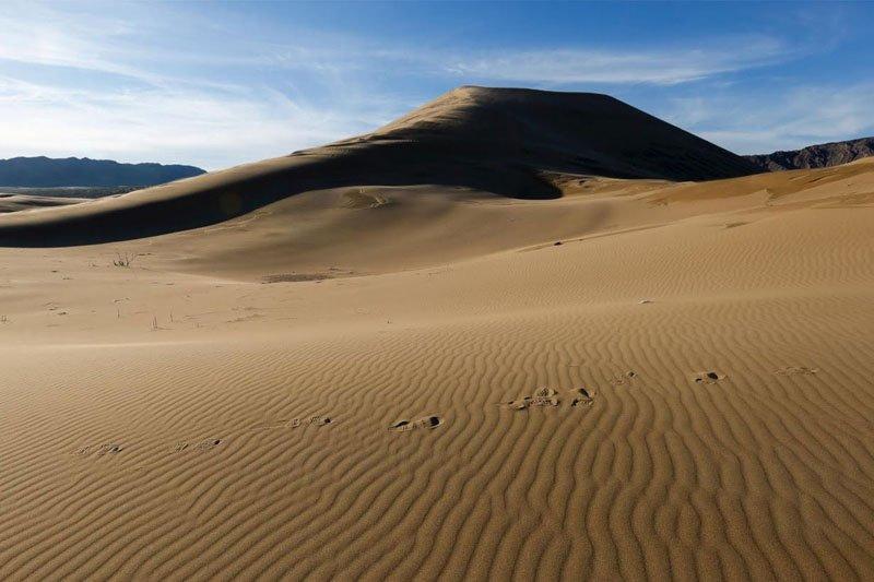 Почему пески поют