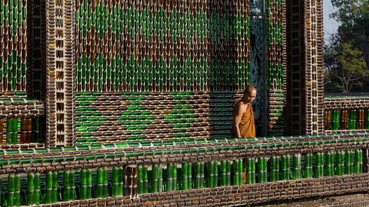 Храм Будды из бутылок из-под пива