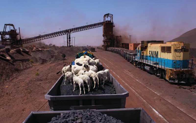 грузовой поезд пересекает пустыню Сахару