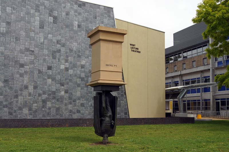 Памятник вверх ногами: кому был поставлен и почему в перевернутом виде?