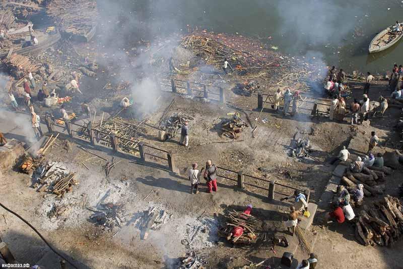 Как проводят кремацию богатые и бедные в Индии