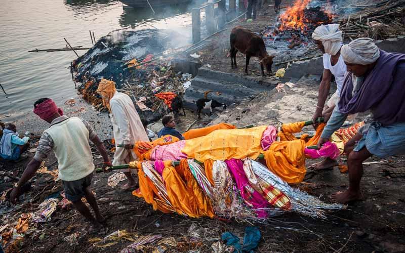Дорогостоящая кремация в Индии: почему приходится копить на прощание с умершим?