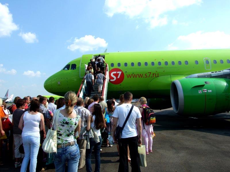 Почему пассажиры входят в самолет с левой стороны