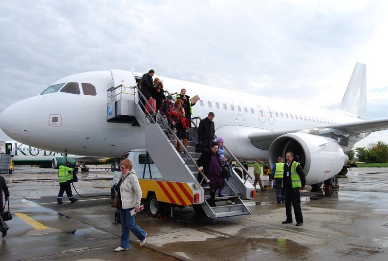 Почему вход в самолет для пассажиров находится с левой стороны?