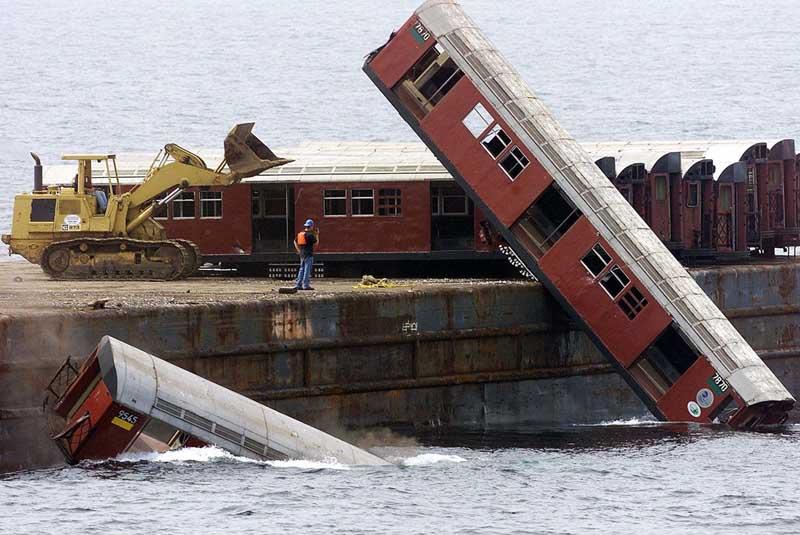 Свалка в океане: зачем американцы сбрасывают в воду списанные вагоны?