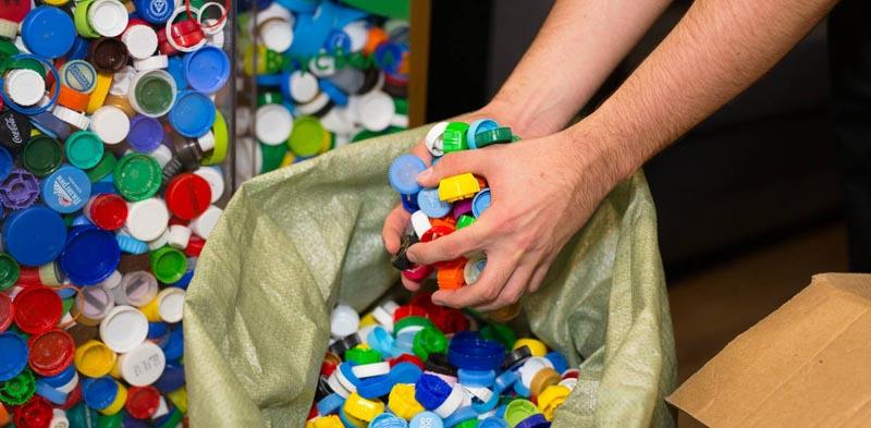 А как поступают с пластиковыми крышками в других странах