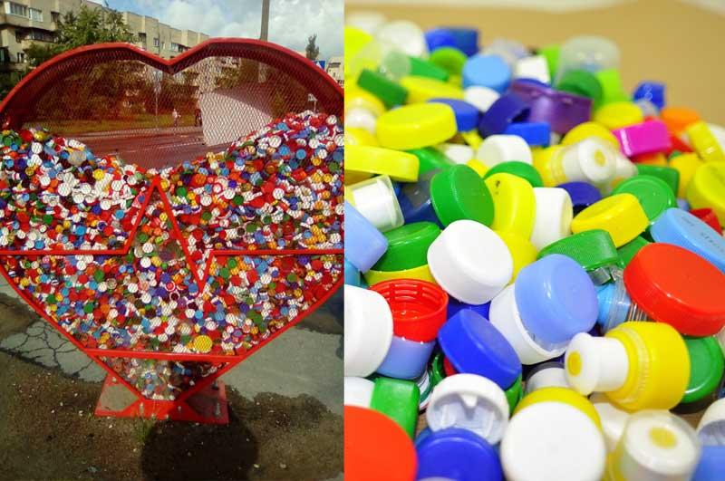 можно увидеть контейнеры, куда складываются разноцветные крышечки от пластиковых бутылок
