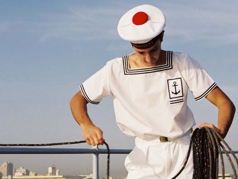 на кораблях очень низкие потолки, поэтому моряки нередко бьются о них