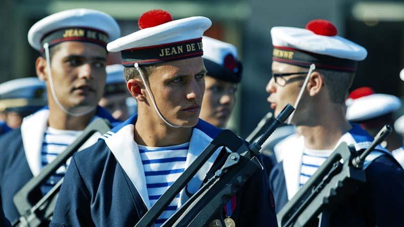Бескозырки с красным помпоном у моряков: зачем нужны помпоны