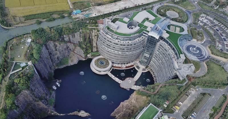 Отель прямо в стене карьера на 16 этажей ниже уровня земли