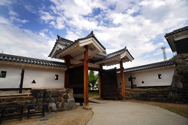 Для чего были сделаны низкие потолки и запутанные лестницы в японском замке