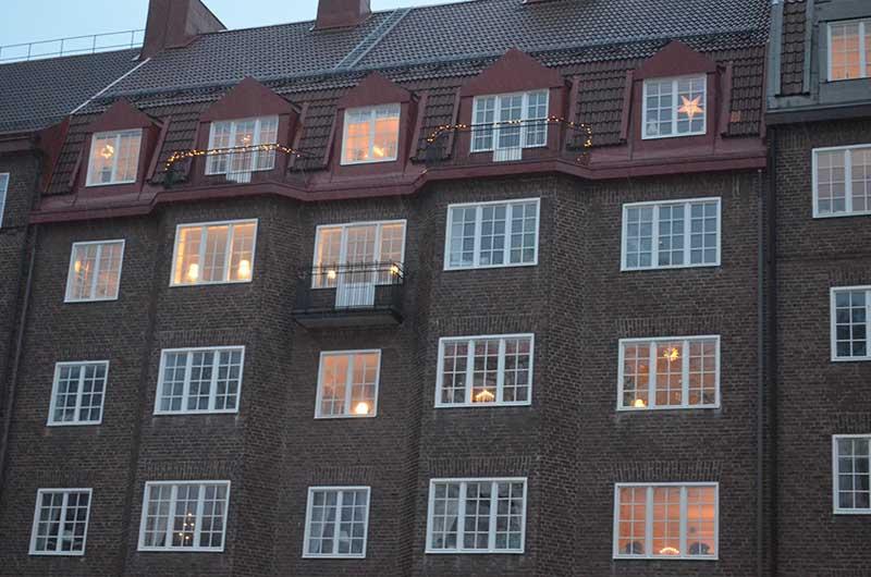 прохожие, гуляющие по вечернему шведскому городу, могут наблюдать за жизнью обычной шведской семьи.