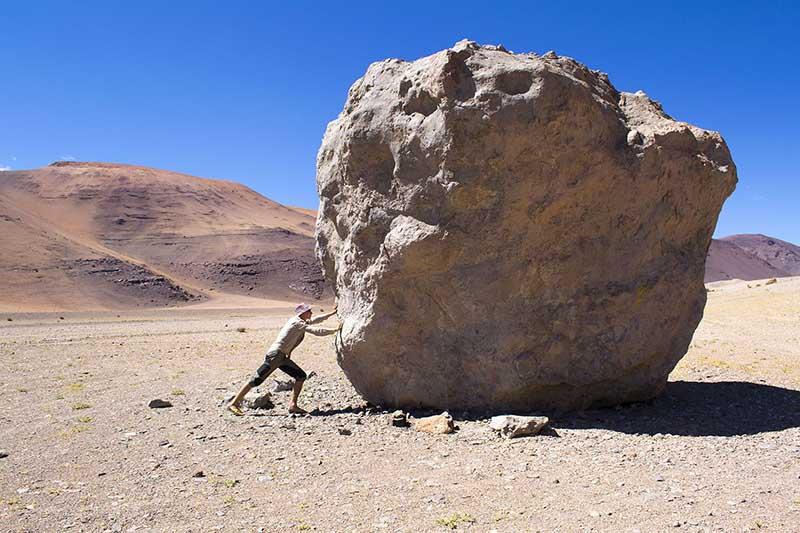 в самой сухой пустыне мира Атакаме нашли живые организмы, оказалось, что в ее песках хранятся древнейшие метеориты
