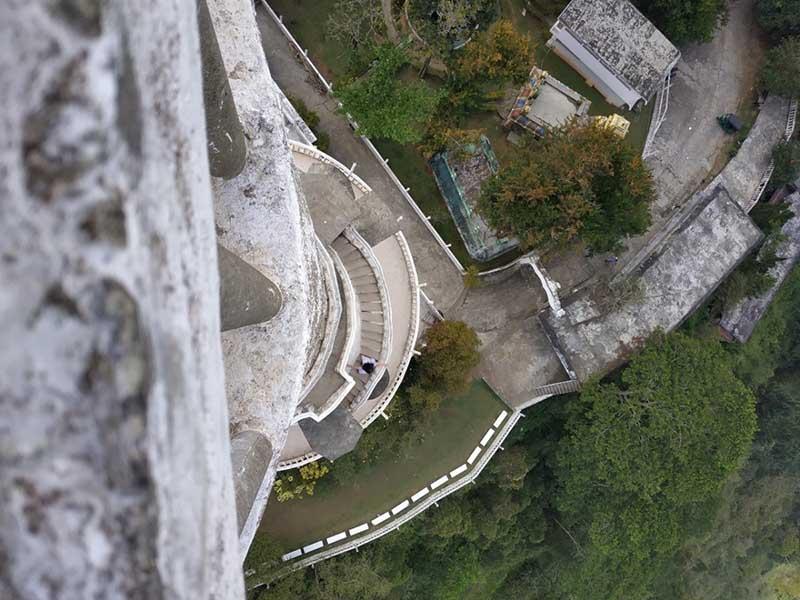 С башни виден Пик Адама, тоже отнесенный к святыням