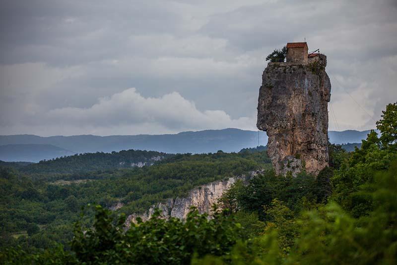 На 40-метровой скале стоит дом вместе с церковью