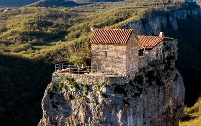 После обнаружения этого необычного места один монах по имени Максим приехал сюда, чтобы восстановить церковь