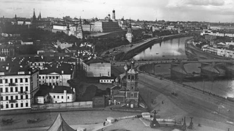 Для строительства моста был приглашен мастер из Франции — Иоганн Кристлер