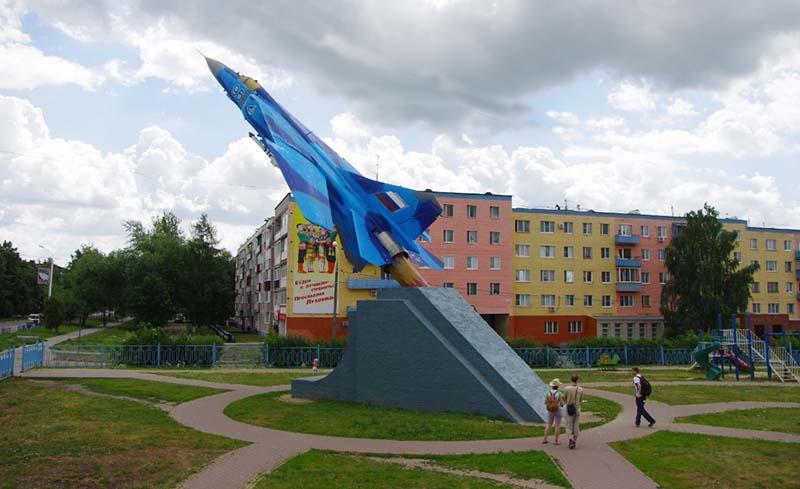 В городе Луховицы на площади установлен красивейший памятник — истребитель МиГ