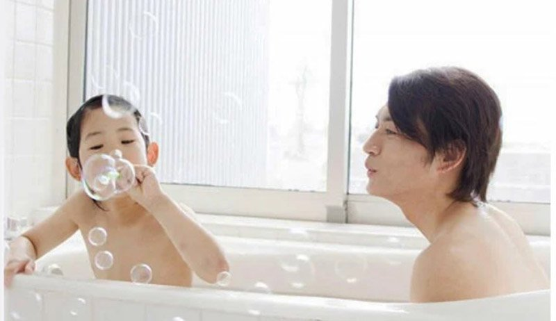 В Японии отцы принимают ванну или душ вместе с дочерьми