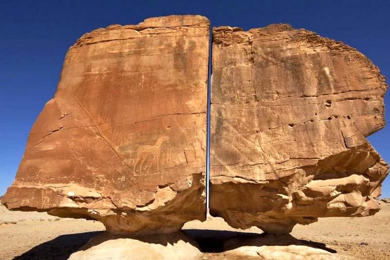 камень «Аль-Наслаа», расположенный в Саудовской Аравии. Он уже давно привлекает огромное внимание туристов и ученых. Его особенность заключается в том, что он разделен на две части, причем распил идеально ровный!