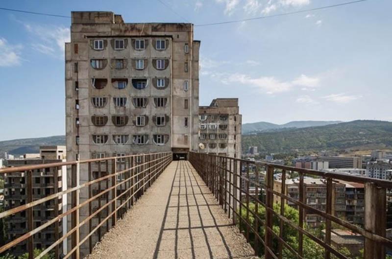 Для чего построены мосты между домами