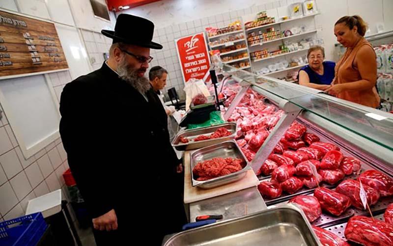 Согласно еврейским законам не разрешается употреблять в пищу мясо от нечистых животных, к которым этот народ относит свиней, кроликов, лошадей, кошек, собак