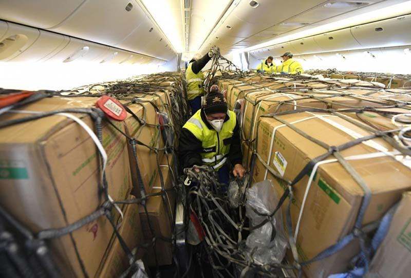 Сотрудники максимально нагружают воздушное судно товарами, заполняя не только багажные отделения, но и сам салон