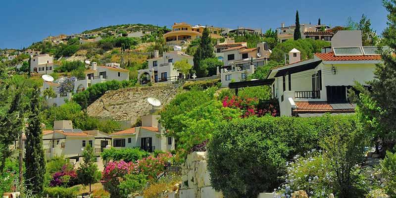 Рядом с ними активно засаживают деревья, внимательно ухаживают за ними, поэтому города стараются не отставать от загородных поселений или горных деревень.