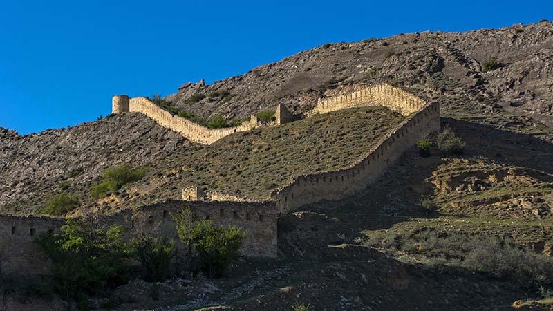 Располагается крепость возле села Гуниб, в честь которой ее и назвали Гунибской.