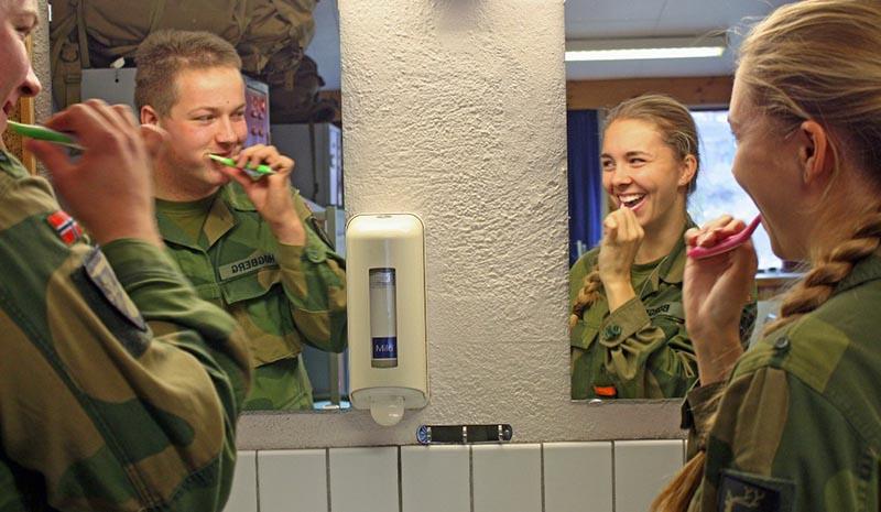 Женщины и мужчины в армии в Норвегии живут вместе