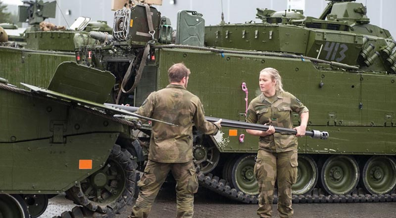 В Норвегии тоже набирают девушек на военную служб