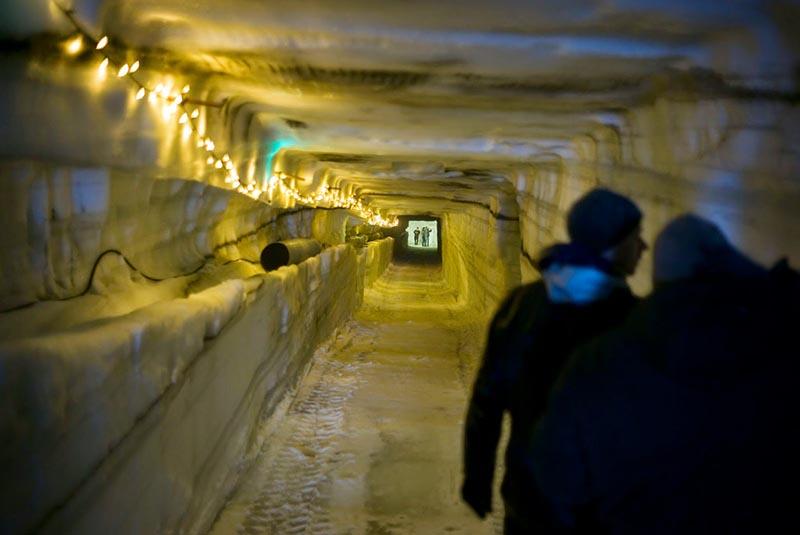 Туннель в леднике в Исландии