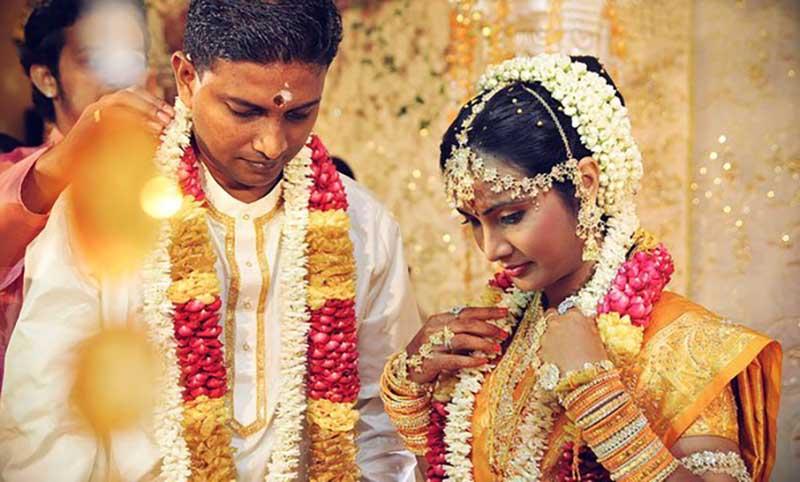 Индийцы чтят свои традиции, согласно которым женщина должна выйти замуж за того мужчину, которого ей выберут мать и отец.