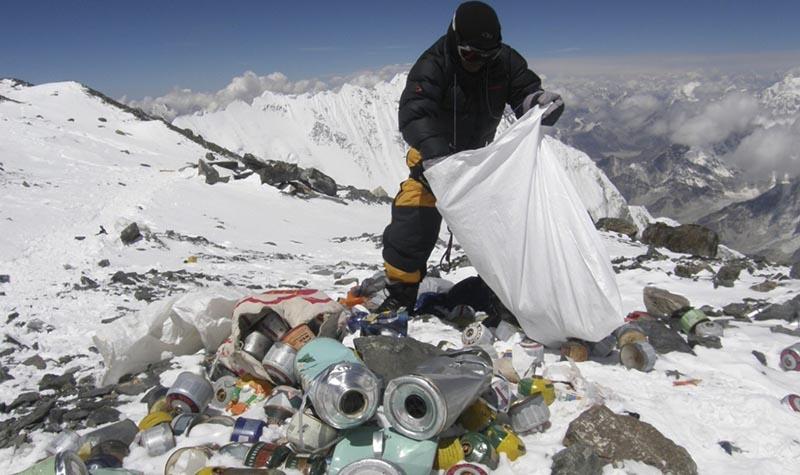 Ежегодно на Эверест направляется команда, убирающая мусор