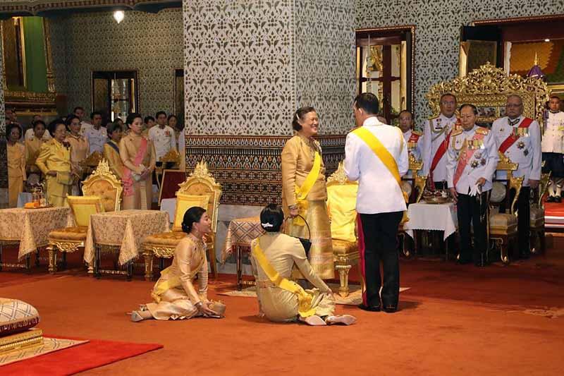 Велопрогулка тайского короля со своими наложницами