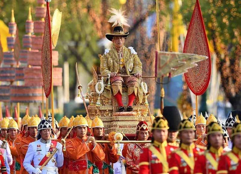 в Таиланде строго запрещается оскорблять представителей королевской семьи, даже высказывать критику в их адрес