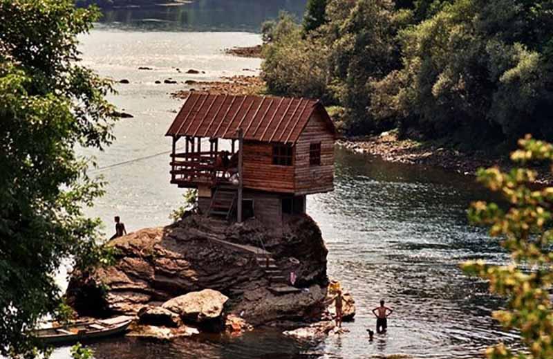 Как решили возвести дом посреди реки Дрина