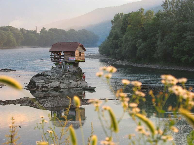 Домик посреди реки Дрина в Сербии