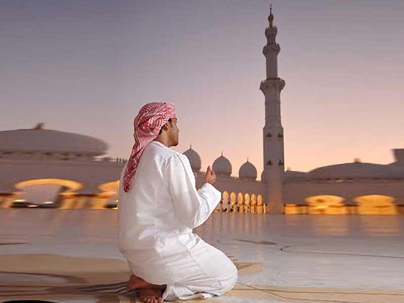 При любых действиях, связанных с подготовкой и непосредственно с самой молитвой следует использовать только правую руку.