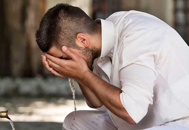 Постригать бороду, делать маникюр, расчесывать волосы следует обязательно правой рукой — так делал Пророк.