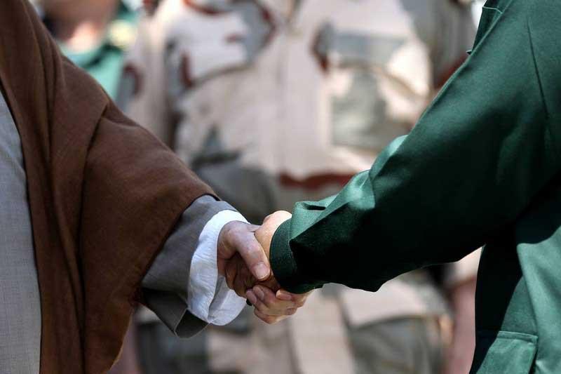Здороваться правой рукой распространено не только в мусульманских краях.