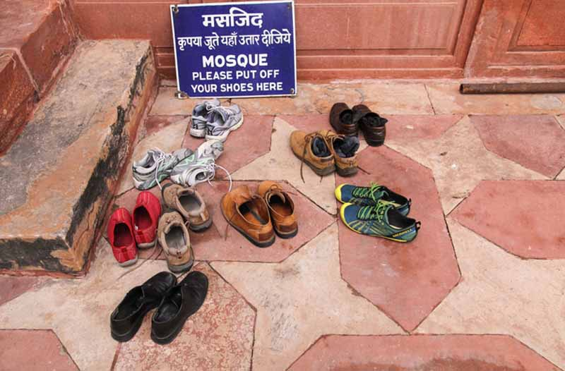 В мусульманстве обязательным условием перед молитвой и входом в мечеть является омовение ног