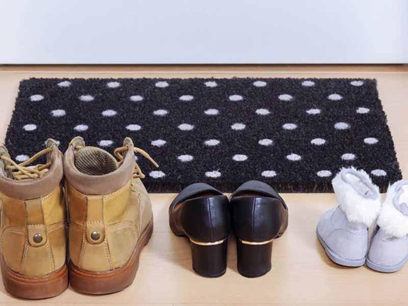 Во многих странах Европы также принято снимать обувь, приходя домой