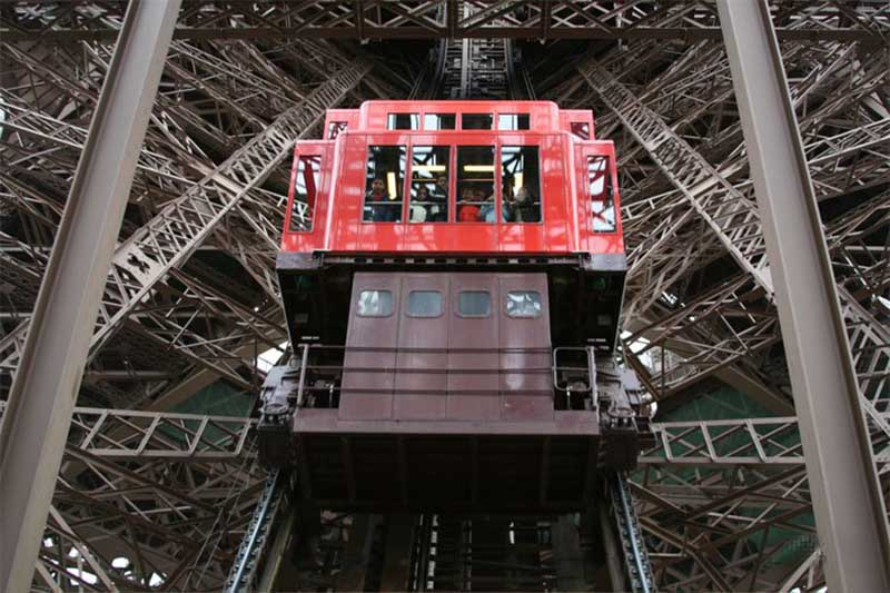 Сколько лифтов имеет Эйфелева башня?