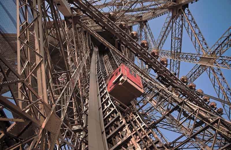 Сколько лифтов у башни Эйфелевой