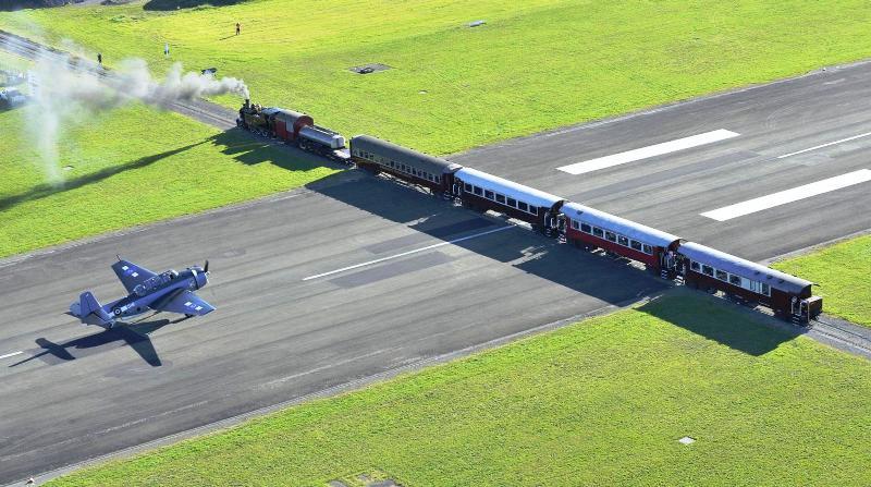 Аэропорт Гисборн, где взлетная полоса пересекается с ж/д путем